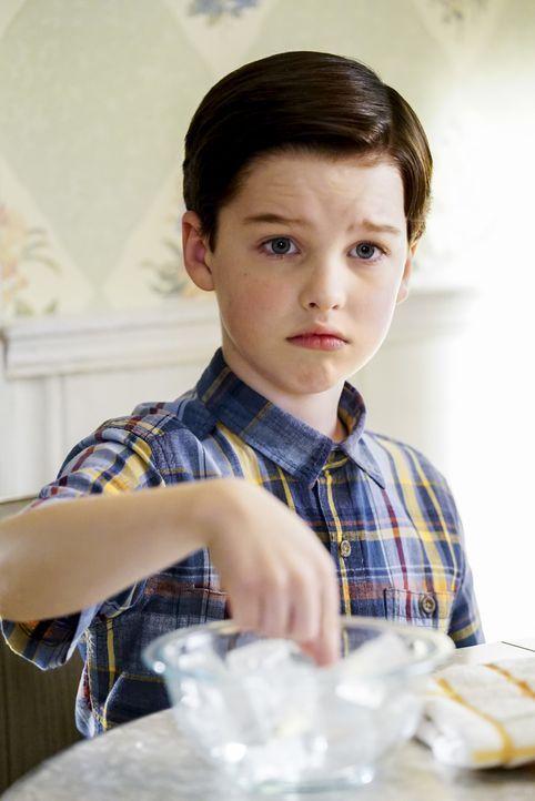 Selbst Sheldon (Iain Armitage) ist sich nicht sicher, ob es eine gute Idee ist, dass er und seine Schwester einen ganzen Nachmittag alleine Zuhause... - Bildquelle: Warner Bros. Television