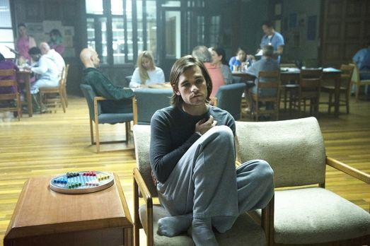 The Magicians - Quentin (Jason Ralph) wacht in einer Nervenheilanstalt auf. H...