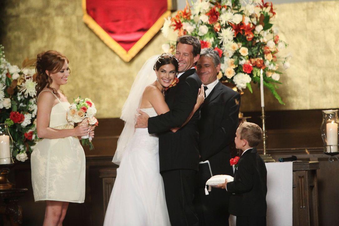Endlich sind sie wieder vereint: Susan (Teri Hatcher, 2.v.l.), Mike (James Denton, M.), M.J. (Mason Vale Cotton, r.) und Julie (Andrea Bowen, l.) .. - Bildquelle: ABC Studios