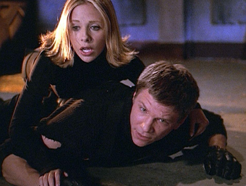 Überraschend taucht Riley (Marc Blucas, r.) in Sunnydale auf und bekommt Hilfe von Buffy (Sarah Michelle Gellar, l.) einen Dämonen zu jagen ... - Bildquelle: TM +   Twentieth Century Fox Film Corporation. All Rights Reserved.