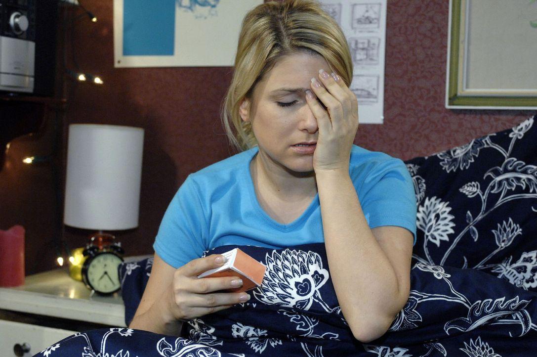 Die Nebenwirkungen der Pillen machen Anna (Jeanette Biedermann) zu schaffen ... - Bildquelle: Oliver Ziebe Sat.1