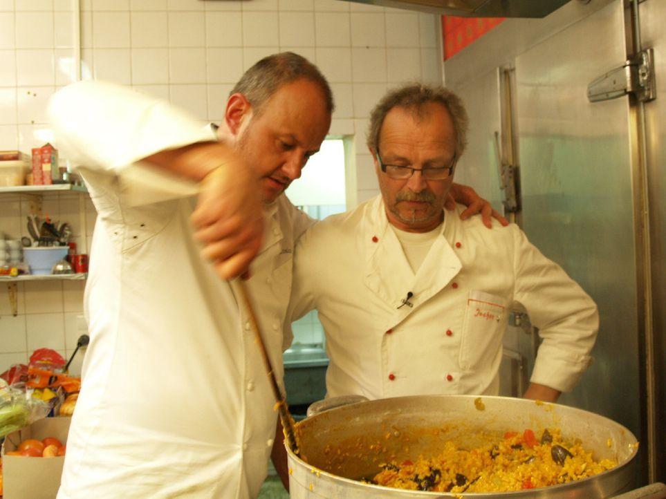 Gemeinsam wollen sie neuen Schwung in die Küche bringen: Frank Rosin (l.) und Koch Jochen (r.) ... - Bildquelle: kabel eins