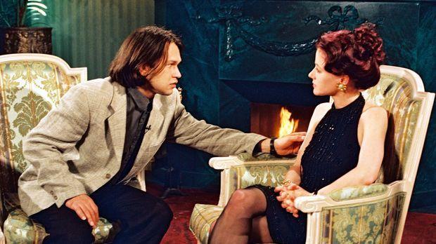 Tatjana Herbst (Silvia Seidel, r.) ist schockiert, als sie dem Gast ihrer ers...