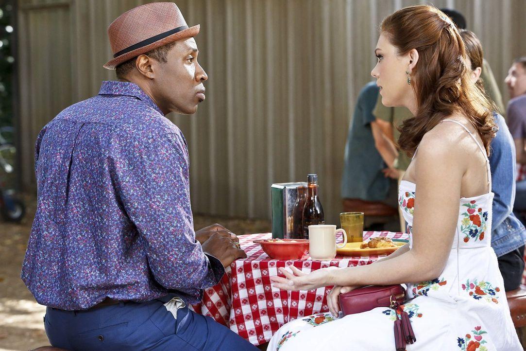 Anders als erwartet, möchte Annabeth (Kaitlyn Black, r.) unbedingt, dass Lavon (Cress Williams, l.) zu einem Junggesellenabschied nach Vegas fährt .... - Bildquelle: Warner Brothers