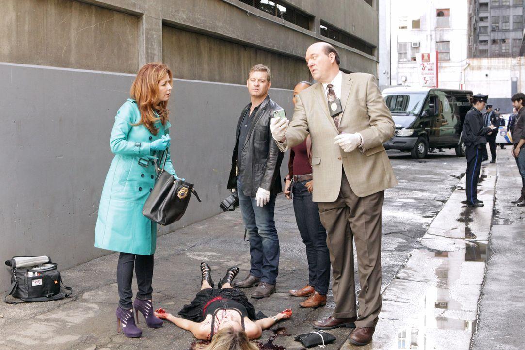 Detective Bud Morris (John Carroll Lynch, r.), Peter Dunlop (Nicholas Bishop, 2.v.r.) und Megan (Dana Delany, l.) erkennen Parallelen zu einem zurüc... - Bildquelle: 2012 American Broadcasting Companies, Inc. All rights reserved.