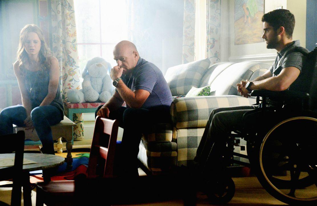 Während Norrie (Mackenzie Lintz, l.) und Big Jim (Dean Norris, M.) noch daran zweifeln, ob sie einem angeblichen neuen Alliierten wirklich trauen kö... - Bildquelle: Brownie Harris 2015 CBS Studios Inc.