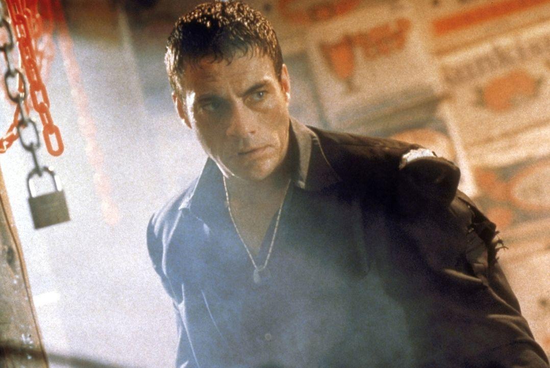 Eine Bande russischer Jeans-Fälscher hat in die begehrten Hosen Mikrobomben einnähen lassen. Als Marcus Ray (Jean-Claude van Damme) ihnen auf die Sp... - Bildquelle: TriStar Pictures