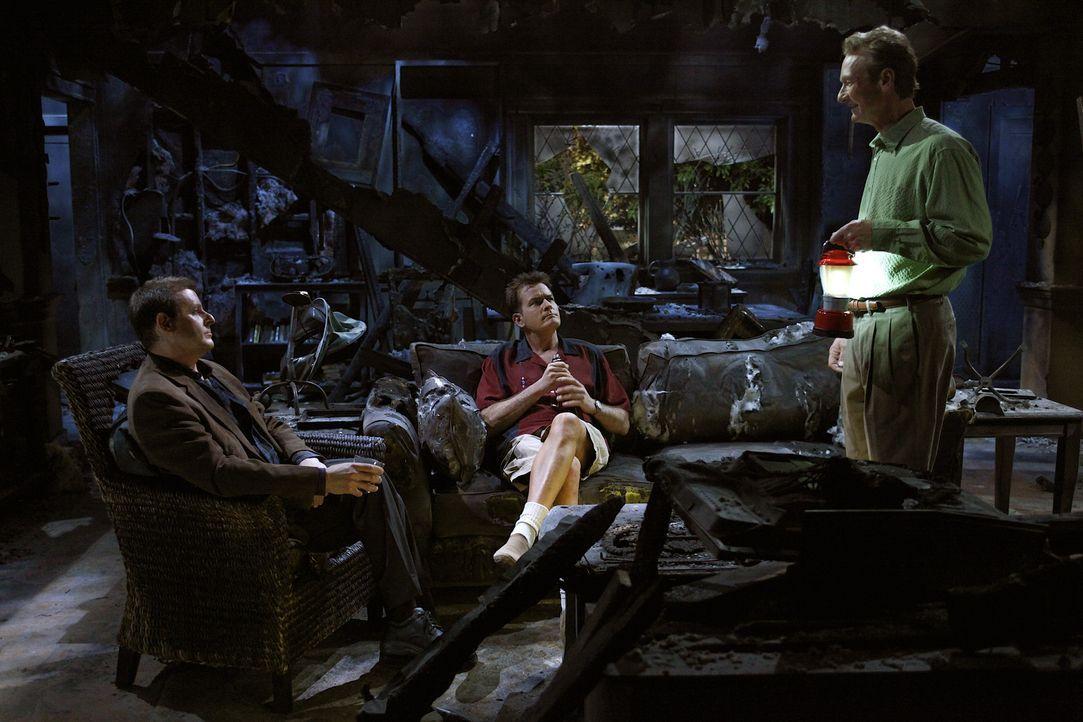 In der verkohlten Ruine von Lyndsey kommt es zu einer emotionalen Männerrunde: Chris (Judd Nelson, l.), Charlie (Charlie Sheen, M.) und Herb (Ryan... - Bildquelle: Warner Bros. Television