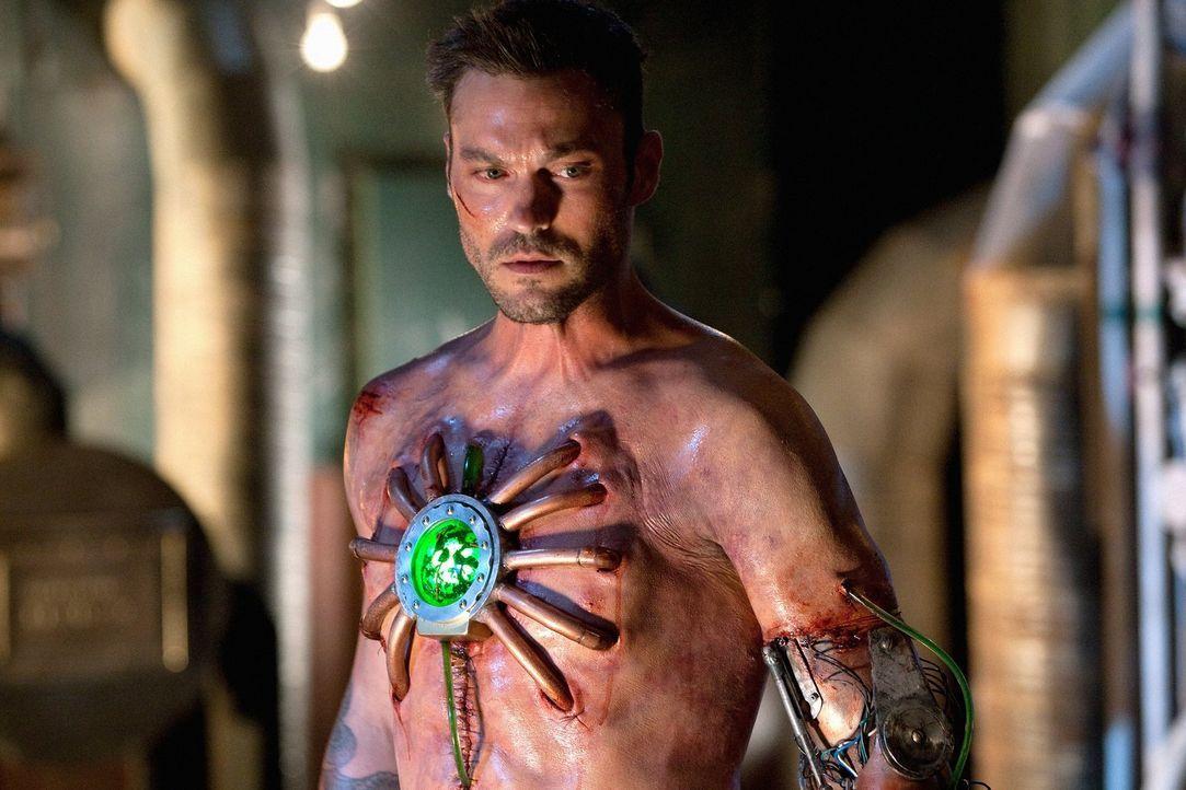 Nach einem schrecklichen Unfall erwacht John (Brian Austin Green) mit einem Herzen aus grünem Kryptonit: Er wurde zu Metallo ... - Bildquelle: Warner Bros.