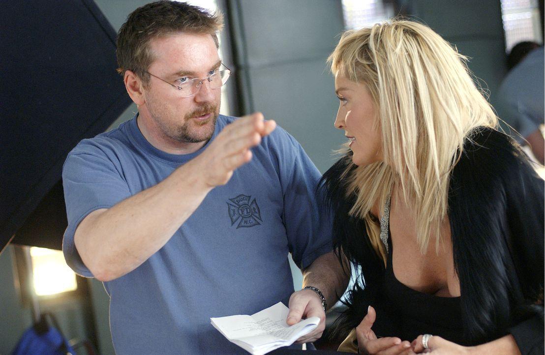 """Michael Caton-Jones (l.) und Sharon Stone (r.) bei den Dreharbeiten zu """"Basic Instinct 2"""". - Bildquelle: Constantin Film"""