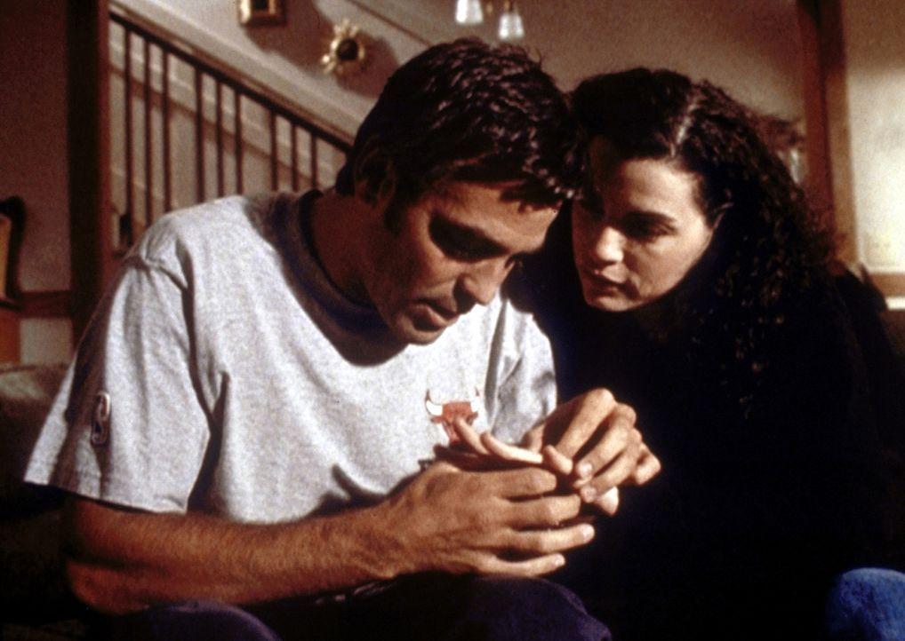 Dr. Ross (George Clooney, l.) bedrängt Carol (Julianna Margulies, r.), endlich den Hochzeits-termin festzulegen. - Bildquelle: TM+  2000 WARNER BROS.