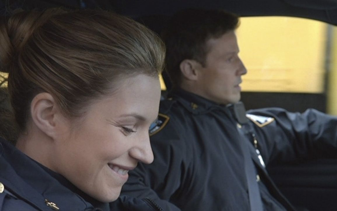 Eddie (Vanessa Ray, l.) überredet Jamie (Will Estes, r.) zu einem Doppeldate, nachdem sie dessen charmanten Freund Spencer Croft kennen gelernt hat.... - Bildquelle: 2013 CBS Broadcasting Inc. All Rights Reserved.