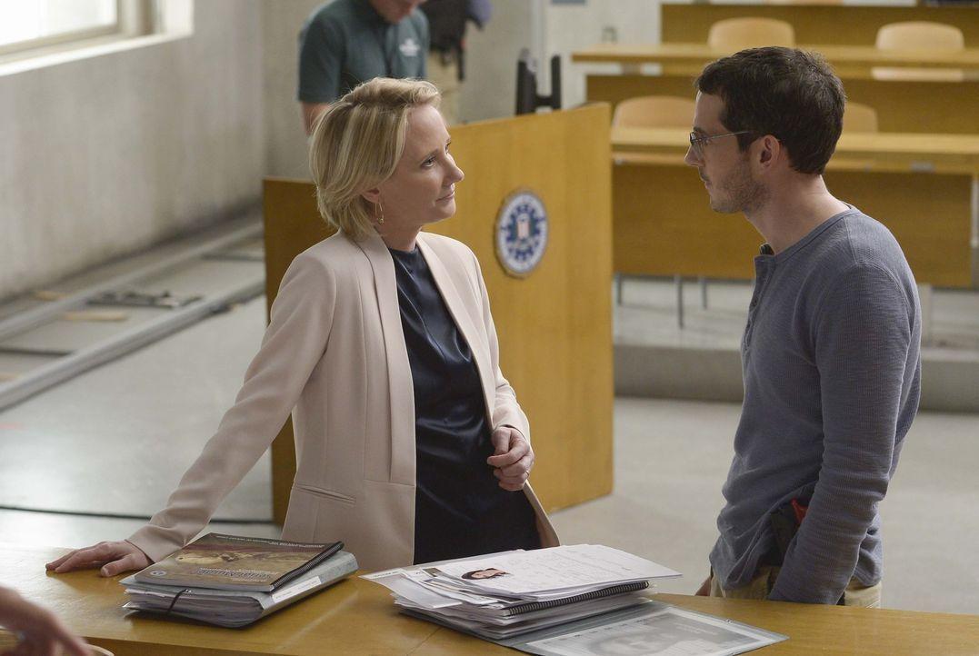 Die ehemalige FBI-Agentin und Profilerin Dr. Susan Langdon (Anne Heche, l.), soll den Rekruten beibringen, wie man unter verschiedenen Verdächtigen... - Bildquelle: Philippe Bosse 2015 ABC Studios