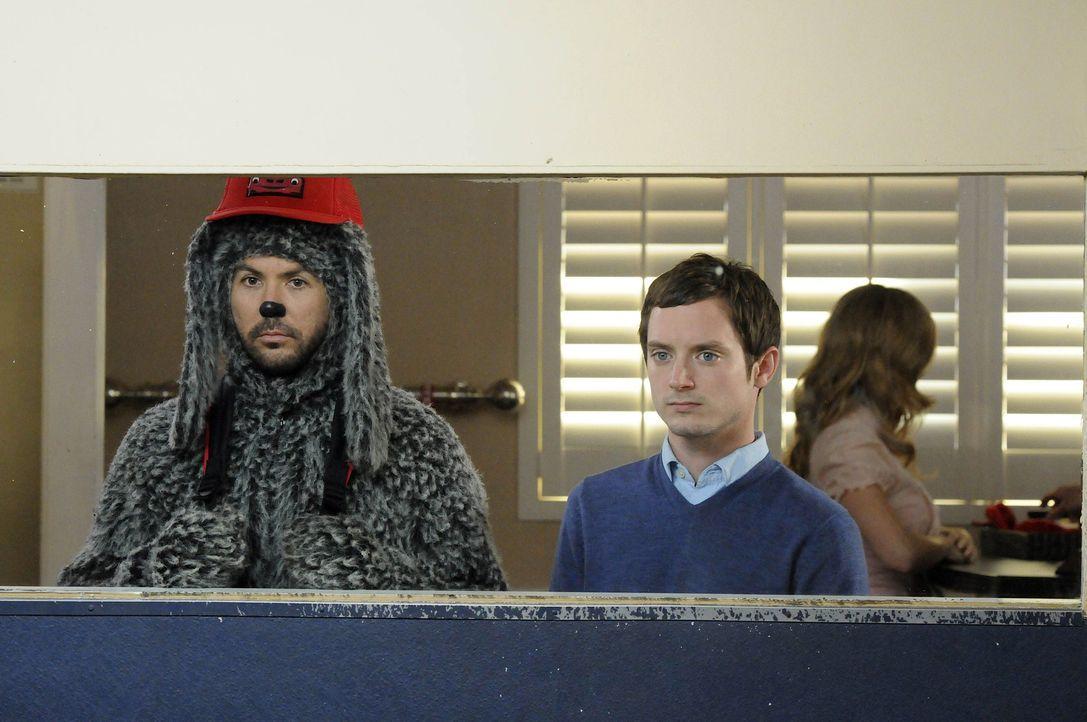 Weil Ryan (Elijah Wood, r.) sich um seine Schwester Kristen kümmern muss, soll Wilfred (Jason Gann, l.) für ein paar Tage in einem Hundekindergart... - Bildquelle: 2011 FX Networks, LLC. All rights reserved.