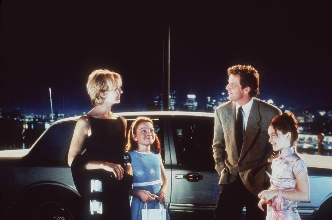 Die Zwillinge Hallie und Annie (beides Lindsay Lohan) haben ein Candle-Light-Dinner für ihre Eltern Nick (Dennis Quaid, M.r.) und Elizabeth (Natash... - Bildquelle: Buena Vista International