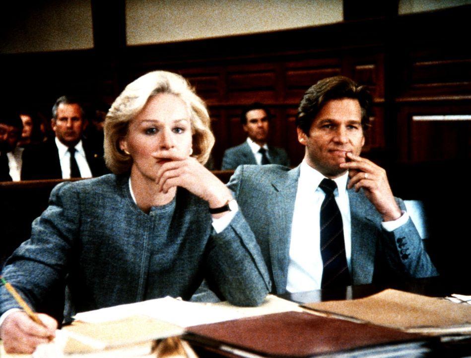 Während der Verhandlungen wird Teddy (Glenn Close, l.) immer unsicherer, was die Unschuld Jacks (Jeff Bridges, r.) betrifft. - Bildquelle: Columbia Pictures
