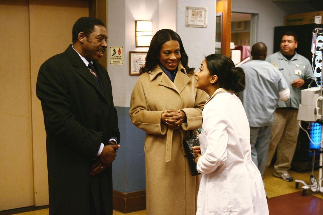 Neela (Parminder Nagra, r.) erhält überraschend Besuch von ihren Schwiegereltern James (Ernie Hudson, l.) und Gloria (Sheryl Lee Ralph, M.). Während... - Bildquelle: Warner Bros. Television