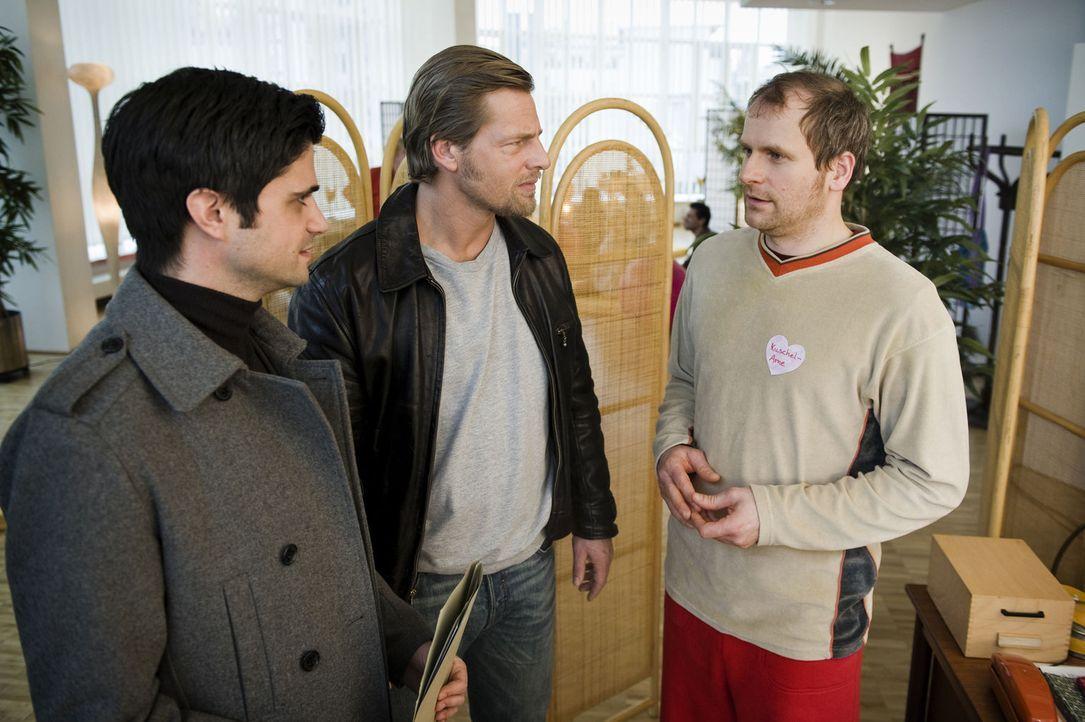 Als Mick (Henning Baum, M.) und Andreas (Maximilian Grill, l.) von dem schüchternen Kuschelpartyteilnehmer Arne (Thomas Limpinsel, r.) erfahren, da... - Bildquelle: SAT.1