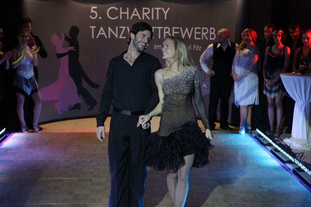 Als der alljährliche, große Tanzwettbewerb ins Haus steht und Carl (Manuel Witting, l.) mit der attraktiven Fitnessleiterin Ella (Mirjam Weichselb... - Bildquelle: Petro Domenigg SAT.1