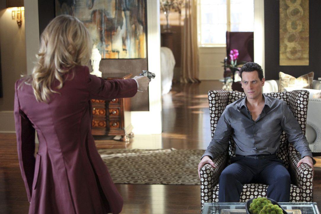 Wenn Catherine (Andrea Roth, l.) Andrew (Ioan Gruffudd, r.) nicht haben kann, soll ihn auch keine andere bekommen ... - Bildquelle: 2011 THE CW NETWORK, LLC. ALL RIGHTS RESERVED
