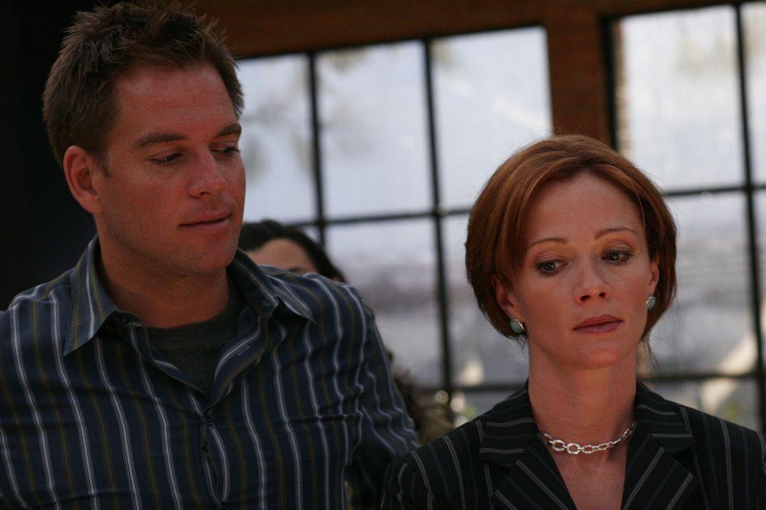 Tony (Michael Weatherly, l.) lernt seine neue Chefin Jenny Shepard (Lauren Holly, r.) kennen ... - Bildquelle: CBS Television