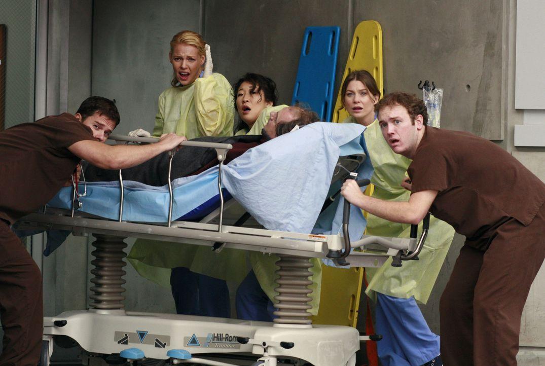 Während ein Verletzter eingeliefert wird, rast ein zweiter Krankenwagen auf die Ärzte zu. Izzie (Katherine Heigl, l.), Cristina (Sandra Oh, M.) und... - Bildquelle: Touchstone Television