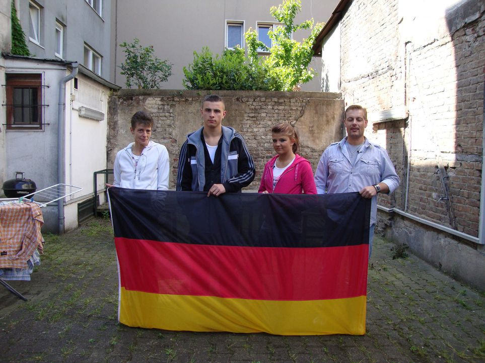 Die 21-jährige Jacky (r.) und ihre Familie. - Bildquelle: ProSieben