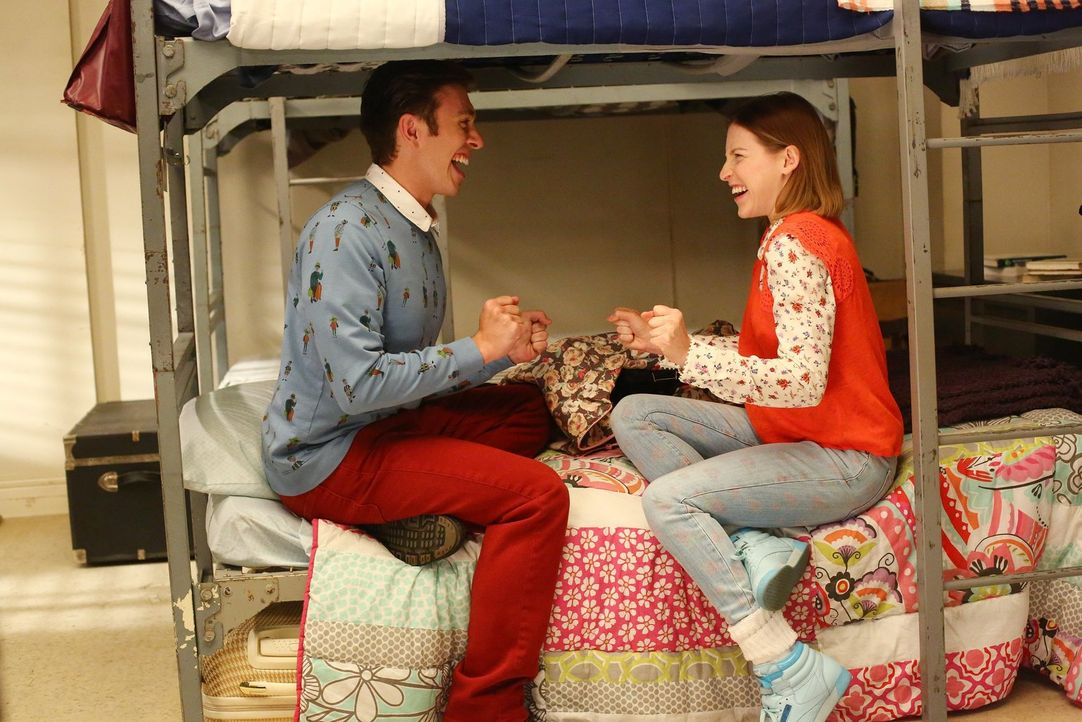 Wie werden Brad (Brock Ciarlelli, l.) und Sue (Eden Sher, r.) ihr gemeinsames Wochenende verbringen? - Bildquelle: Warner Bros.