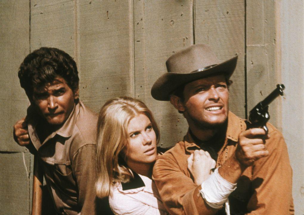 Hoss, Little Joe (Michael Landon, l.) und Candy (David Canary, r.) liefern in Sand Dust eine Rinderherde ab und geraten mitten in einen Überfall. De... - Bildquelle: Paramount Pictures