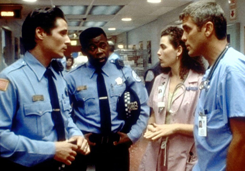 Die Polizei befragt Dr. Ross (George Clooney, r.) nach Nadine Wilkes, mit der er die letzte Nacht verbracht hat. Hathaway (Julianna Margulies, 2.v.r... - Bildquelle: TM+  WARNER BROS.