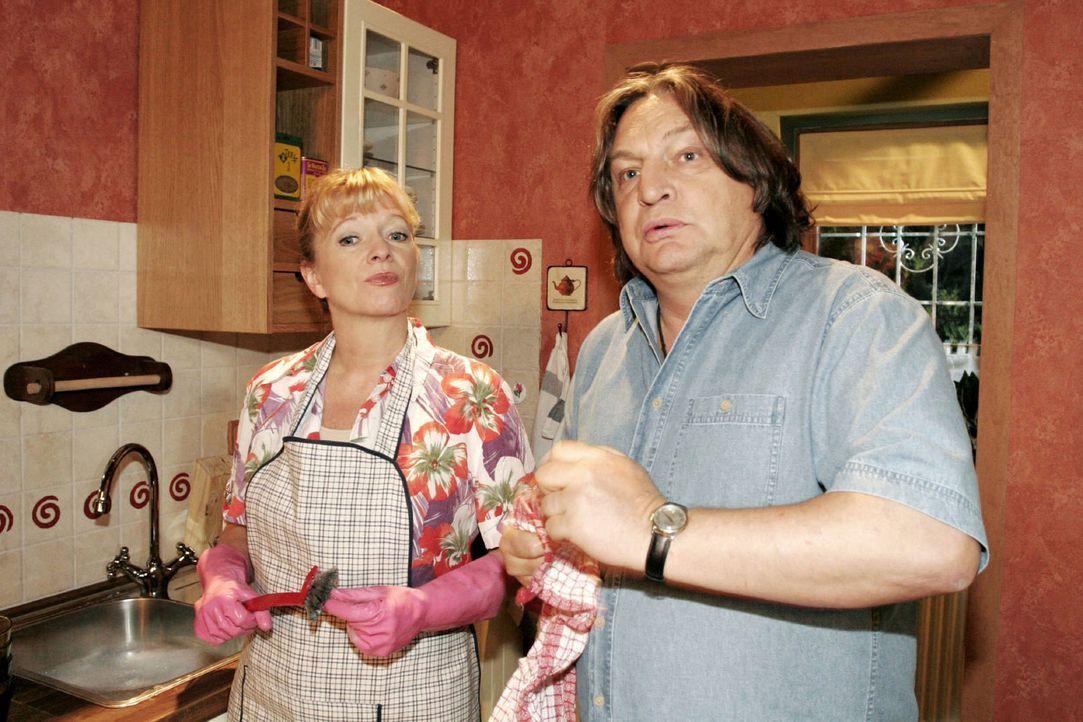 Helga (Ulrike Mai, l.) erklärt Bernd (Volker Herold, r.), dass sie glaubt, etwas unternehmen zu müssen, damit David Lisas Glück nicht mehr im Wege s... - Bildquelle: Noreen Flynn Sat.1
