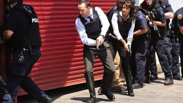 Als Baez (Marisa Ramirez, 3.v.l.) beim Überfall auf einen Konvoi sichergestel...