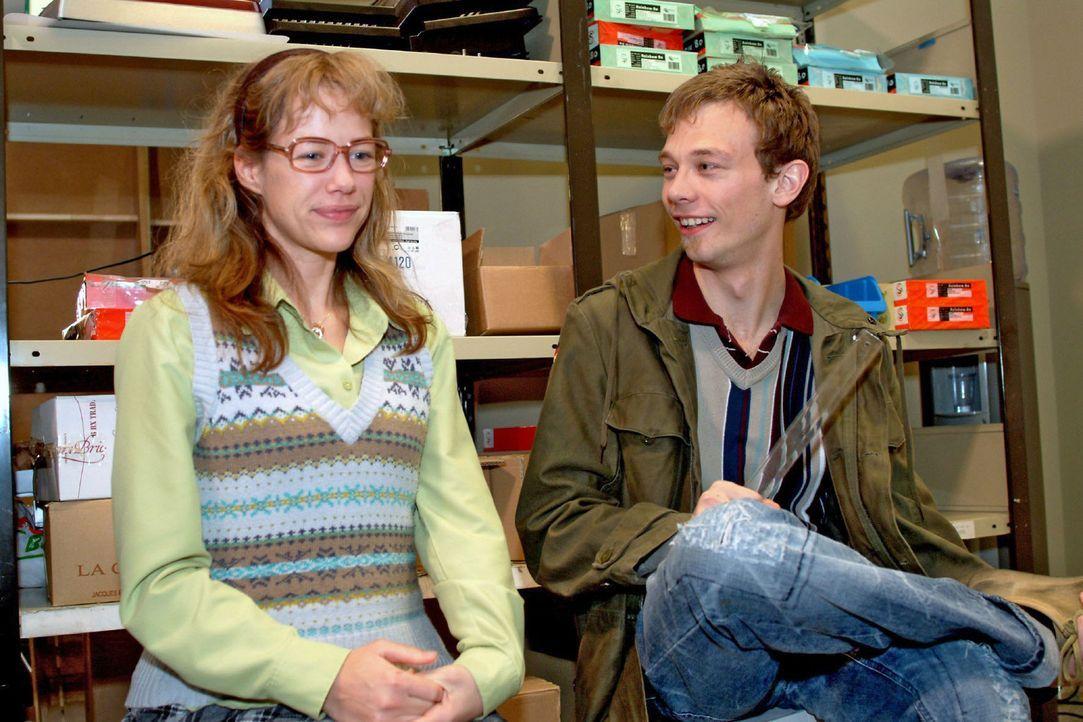 Lisa (Alexandra Neldel, l.) und Jürgen (Oliver Bokern, r.) sind stolz auf ihre erfolgreiche Zusammenarbeit. (Dieses Foto von Alexandra Neldel darf... - Bildquelle: Sat.1