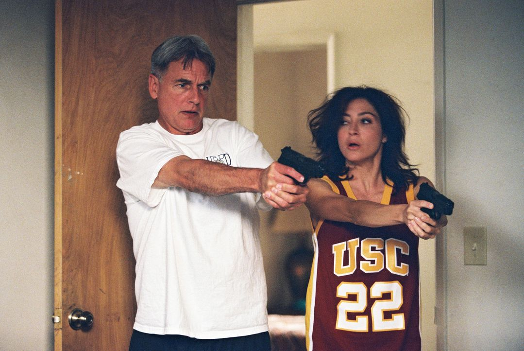 Gibbs (Mark Harmon, l.) und Kate (Sasha Alexander, r.) versuchen in Guatanamo Hinweise für den plötzlichen Tod des Dolmetscher Sa'id zu finden ... - Bildquelle: CBS Television