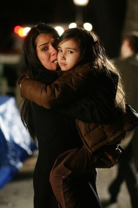 Elena (Roselyn Sanchez, l.) ist froh, als sie ihre Tochter Sofie (Ashlyn Sanchez, r.) wieder in den Armen hält ... - Bildquelle: Warner Bros. Entertainment Inc.