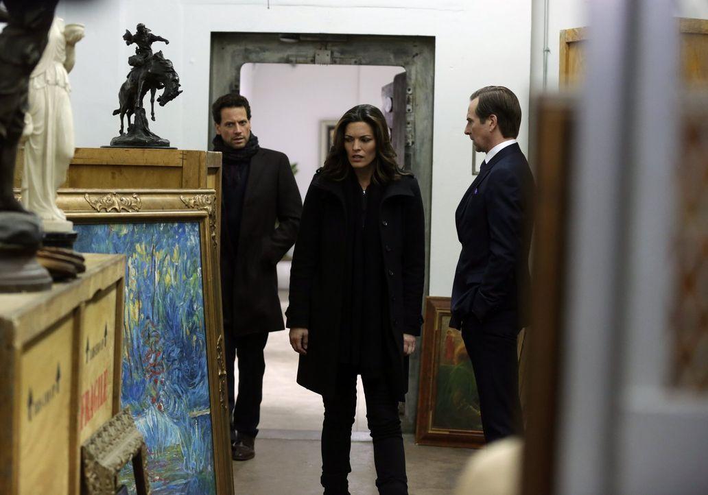 Was hat der Kunsthändler Julian (Stephen Barker Turner, r.) mit den von Nazis gestohlenen Bildern zu tun? Henry (Ioan Gruffudd, l.) und Jo (Alana De... - Bildquelle: Warner Bros. Television