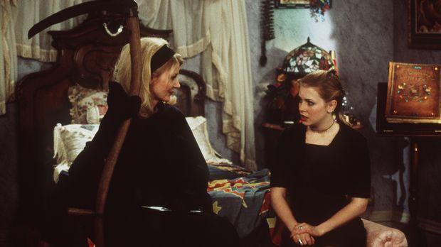 Sabrina (Melissa Joan Hart, r.) ist überrascht: Ihre Tante Zelda (Beth Broder...