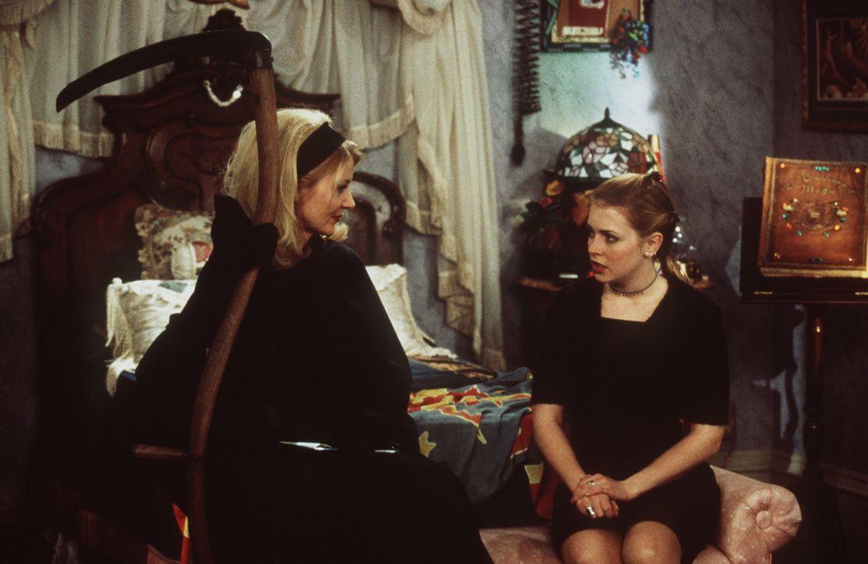 Sabrina (Melissa Joan Hart, r.) ist überrascht: Ihre Tante Zelda (Beth Broderick, l.) verdingt sich neuerdings als Sensenfrau. - Bildquelle: Paramount Pictures