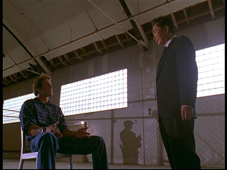 Steve (Barry Van Dyke, l.), der in ein militärisches Sperrgebiet eingedrungen ist, wird von einem Geheimdienstagenten verhört. - Bildquelle: Viacom