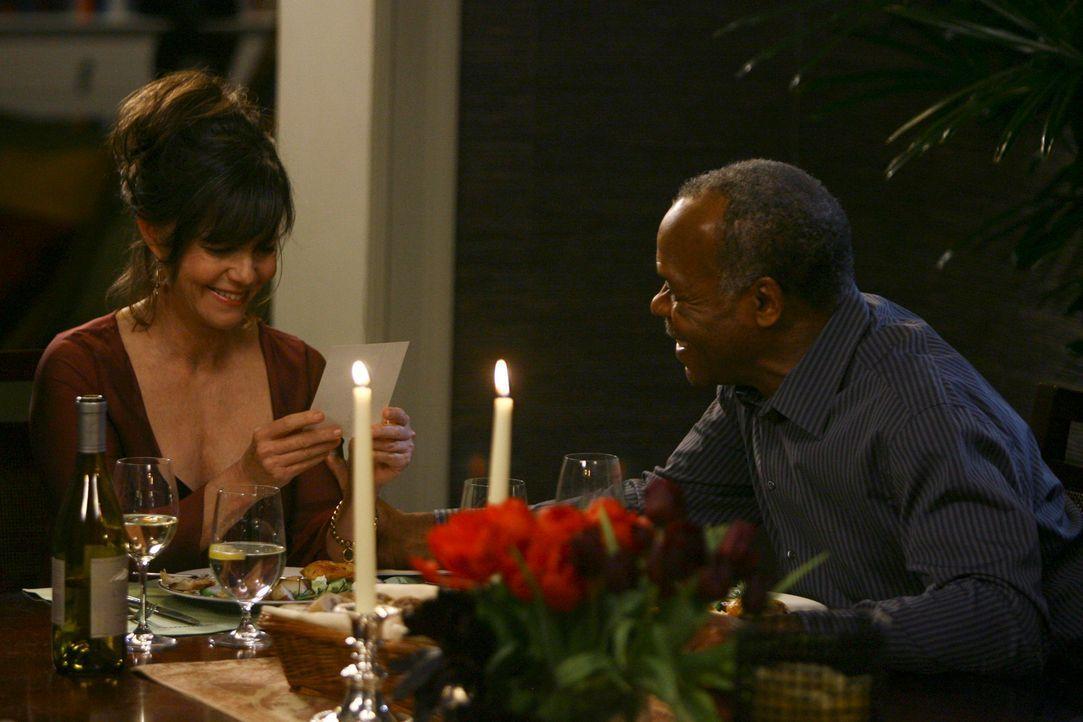 Isaac (Danny Glover, r.) zeigt Nora (Sally Field, l.) Bilder von seinem Haus in Washington und bittet sie, mit ihm dort einzuziehen ... - Bildquelle: Disney - ABC International Television