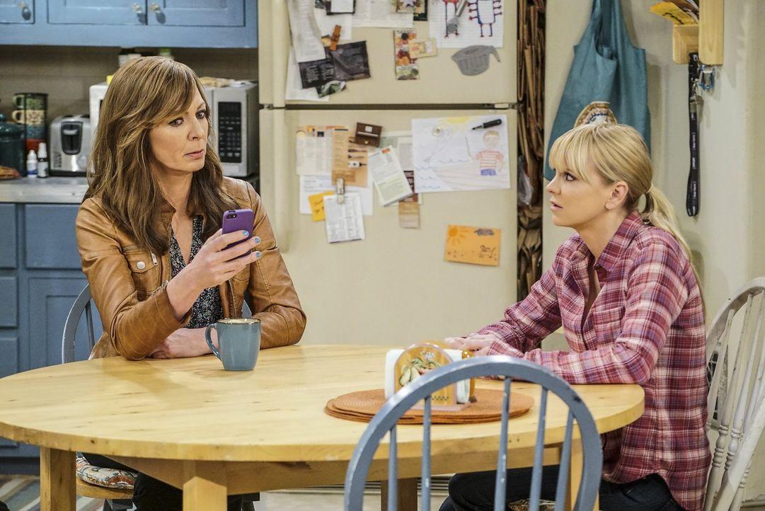 Das merkwürdige Verhalten von ihrer Mutter Bonnie (Allison Janney, l.), lässt Christy (Anna Faris, r.) befürchten, dass diese wieder dem Alkohol ver... - Bildquelle: 2016 Warner Bros. Entertainment, Inc.