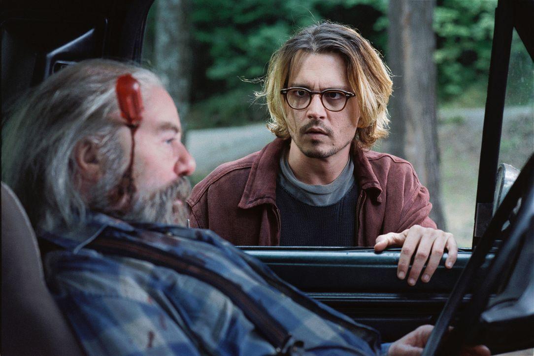 Schon bald muss Mort (Johnny Depp) erkennen, dass der Fremde kein Pardon kennt ... - Bildquelle: Sony Pictures Television International. All Rights Reserved.
