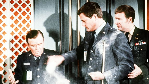 Roger (Bill Daily, r.) kann gar nicht glauben, dass Tony (Larry Hagman, M.) g...