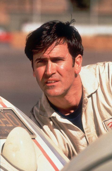 Obwohl Herbies glanzvolle Zeiten als berühmter Rennwagen inzwischen vorüber sind, ahnt Hank (Bruce Campbell), dass der kleine Käfer mit Köpfchen... - Bildquelle: WALT DISNEY COMPANY