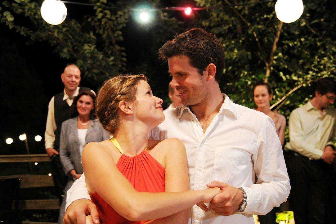 Lilly (Mira Bartuschek, l.) und Kai (Steffen Groth, r.) wagen ein Tänzchen ... - Bildquelle: Aki Pfeiffer Sat.1