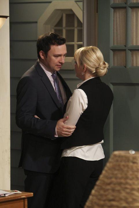 Geht da was? Christy (Anna Faris, r.) und ihr Vorgesetzter Gabriel (Nathan Corddry, l.) kommen sich näher ... - Bildquelle: Warner Bros. Television