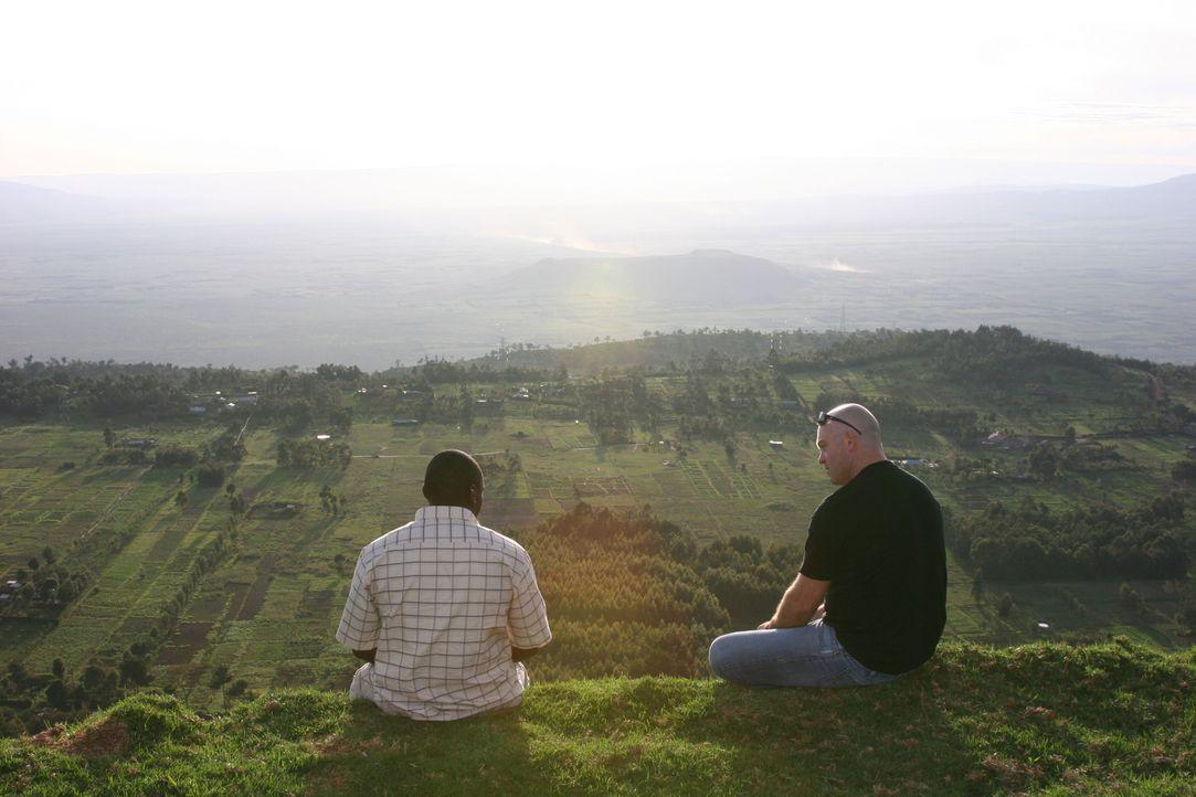 Die schöne Landschaft Kenias trügt: Ross Kemp (l.) will mehr über die Unruhen und die gefährlichste Gang der Welt erfahren ... - Bildquelle: IMG Entertainment 2008