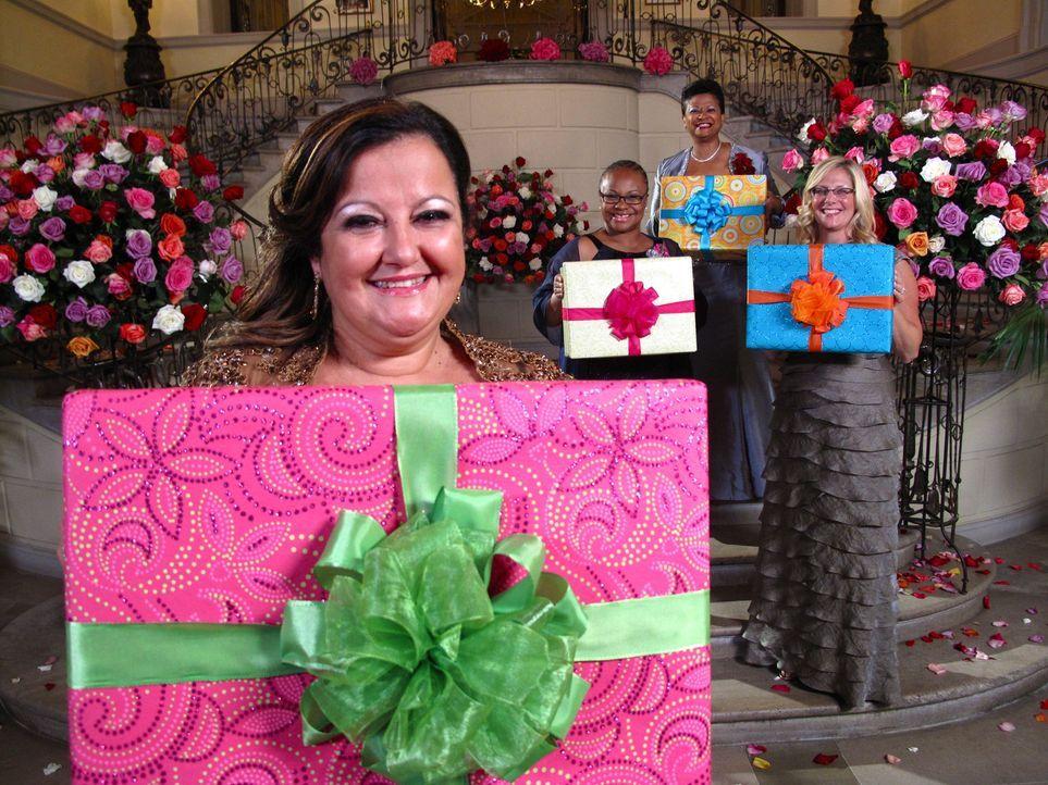 Noch weiß Gisella (l.) nicht, wie die anderen Mütter Kara (2.v.l.), Judy (2.v.r.) und Beth (r.) die Hochzeit ihrer Töchter bewerten werden ... - Bildquelle: Richard Vagg DCL