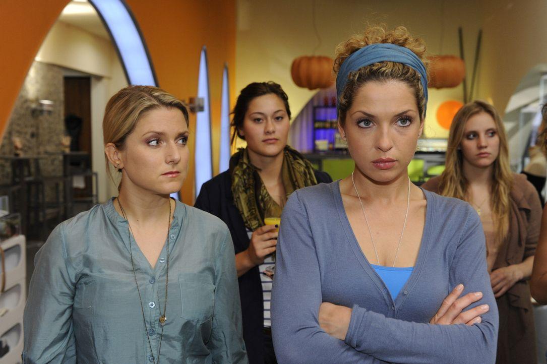 Nina (Maria Wedig, vorne r.) erkennt erstaunt, dass Carla ihren Entwurf komplett übernommen hat. - Bildquelle: SAT.1