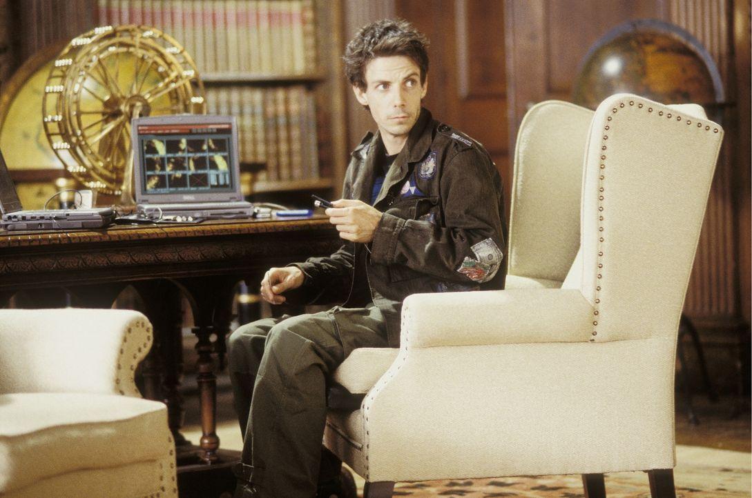 Immer an Laras Seite, um sie bei ihren Nachforschungen zu unterstützen - zumindest virtuell von der Couch ihres Anwesens aus: Bryce (Noah Taylor) ... - Bildquelle: 2003 by Paramount Pictures. All Rights Reserved.